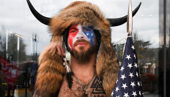 Jacob Anthony Chansley, también conocido como Jake Angeli, de Arizona, posa con el rostro pintado con los colores de Estados Unidos. El miércoles participó en el asalto al Capitolio. (REUTERS / Stephanie Keith).