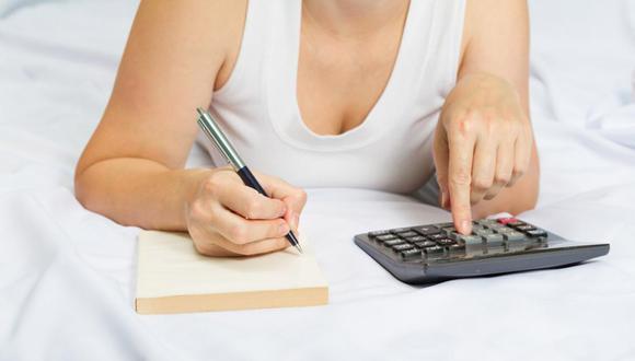 Aprender a manejar tus finanzas. ¿Recuerdas lo que hiciste con tu primer sueldo? Seguro te emocionaste y lo gastaste en comprar cosas que de verdad te gustaban. Pero con el tiempo te has dado cuenta que no puedes vivir así y hay prioridades como pagar deudas, comprar comida en caso vivas sola y reparar algunas cosas en casa. Es el momento de hacer un presupuesto y empezar a ahorrar.  (Foto: Shutterstock)