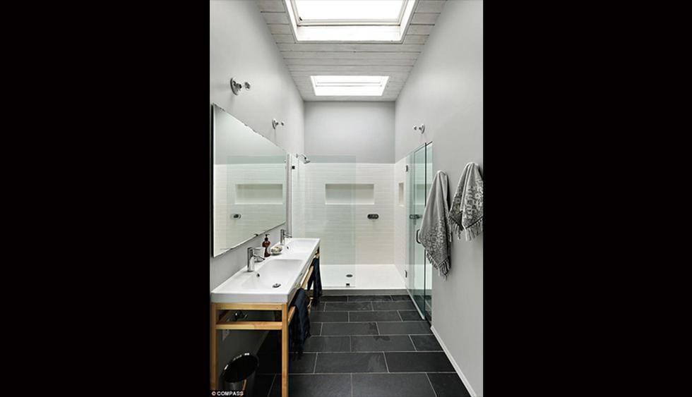 Este baño posee una estética black&white. Luce amplio y bien iluminado. (Foto: The MLS)