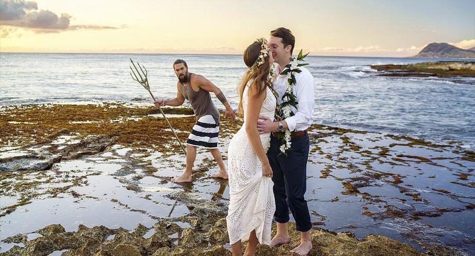 El actor Jason Momoa, que interpreta a Aquaman, se coló en la foto de unos novios en las playas de Hawaii. (@lamourphotography / Facebook)