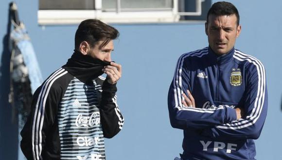 Leo Messi y Lionel Scaloni. (Foto: AFP)