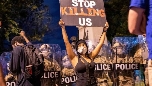 """""""Dejen de matarnos"""", dice este cartel mostrado en una de las manifestaciones al frente de la Casa Blanca, en Washington DC, reclamando por la muerte de George Floyd y por la de otros afroamericanos asesinados por la policía. (AFP)"""