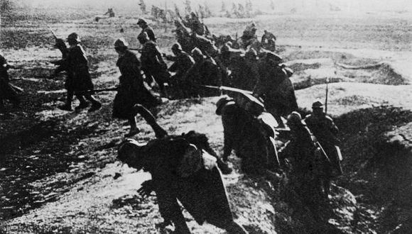 Soldados franceses atacando desde su trinchera durante la Batalla de Verdún en la Primera Guerra Mundial. (AFP)