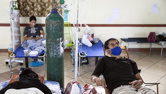 Enfermos de COVID-19 respiran con la ayuda de oxígeno en el hospital regional de Iquitos. (Foto: Ginebra Peña/AFP).