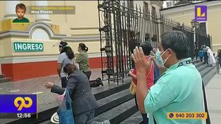 Personas rezan frente a catedral tras fuerte sismo de 6,1 en Piura