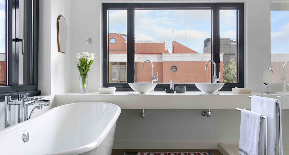 En el baño principal se trabajó el microcemento para los acabados y se aprovechó la amplia ventana. En el baño de los niños, se emplearon detalles vintage. (Foto: Vicugo Foto / egueyseta.com)