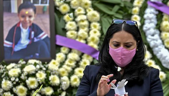 La mexicana Miriam Rodríguez Guise, madre de José Eduardo, de siete años, fallecido en el terremoto del 19 de septiembre de 2017, suelta una mariposa en el tercer aniversario del desastre que destruyó parte del colegio Rebsamen, donde murieron 19 niños y siete adultos. (Foto de PEDRO PARDO / AFP).