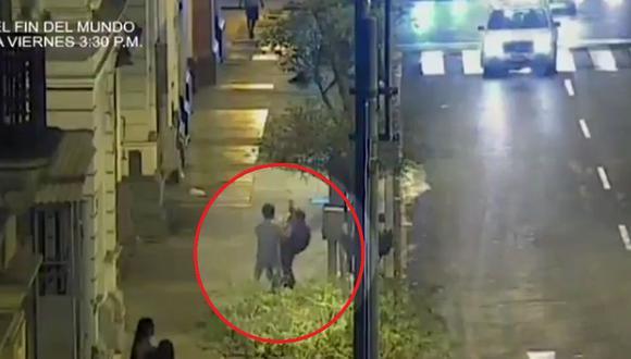 Cámaras de seguridad captan en muchas ocasiones robos de los que son víctimas transeúntes en el Cercado de Lima (Captura ATV)