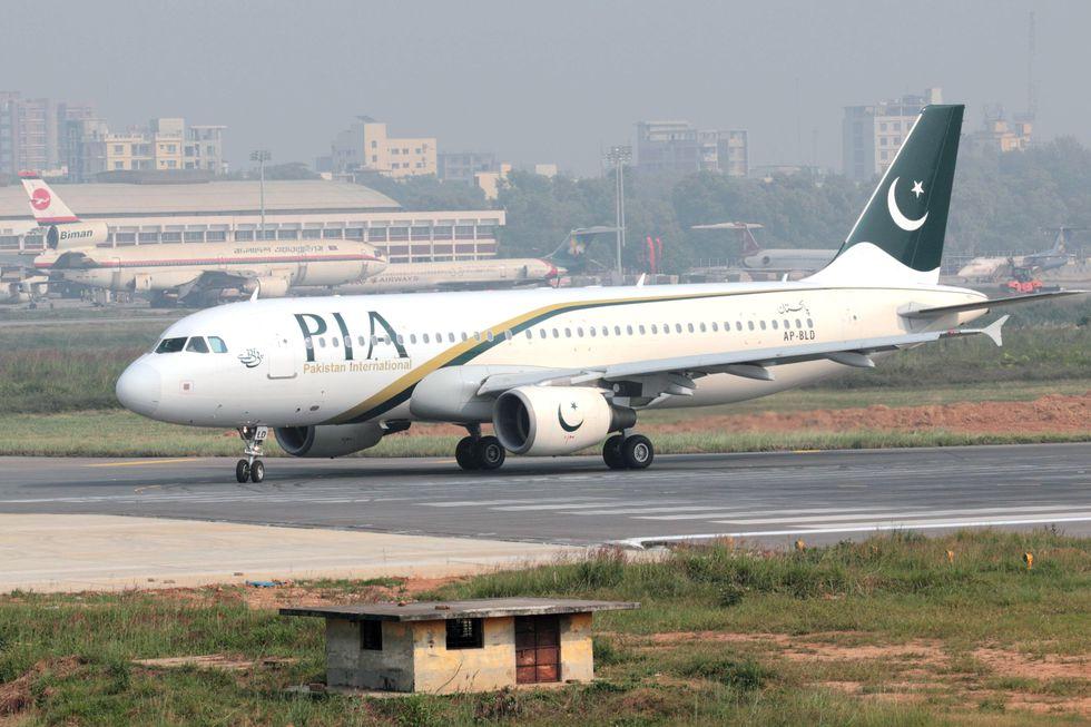 Imagen de archivo de un avión de  Pakistan International Airlines (PIA) en el aeropuerto de Dhaka, Bangladesh, 22 de noviembre de 2014. (EFE/EPA/MURAD HASHAN / JETPHOTOS).