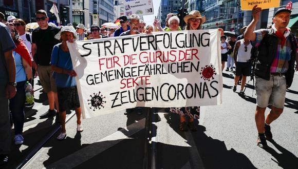 Manifestación sucedida en agosto de este año, en donde se ve a los 'querdenken' marchar para defender sus libertades. (FOTO: AFP)
