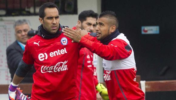 Arturo Vidal y Claudio Bravo se reencontrarán en el vestuario de la selección chilena. (Foto: AFP)
