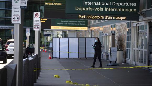 Un oficial de la Real Policía Montada de Canadá trabaja en la escena después de un tiroteo afuera de la terminal de salidas internacionales en el Aeropuerto Internacional de Vancouver, en Richmond, Columbia Británica. (Foto: Darryl Dyck/The Canadian Press via AP)
