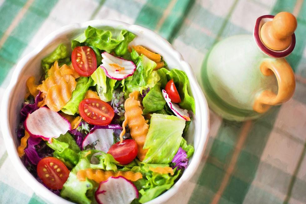 Las verduras y hortalizas son alimentos imprescindibles dentro de una dieta equilibrada y saludable. Incorporarlas en el desayuno, almuerzo o cena durante el verano es vital, pues al consumirse crudas se aprovechan sus beneficios, como el ser una buena fuente de agua, fibra, vitaminas, minerales y antioxidantes.