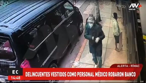 Dos sujetos llegaron al local de Mibanco portando  guantes quirúrgicos, mascarillas, protectores faciales y mandil quirúrgico, e irrumpen con armas en mano para llevarse el dinero de las ventanillas. (Foto: captura de pantalla ATV+)