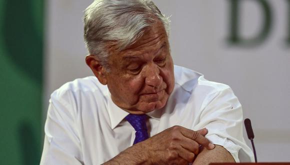 El presidente mexicano Andrés Manuel López Obrador es visto luego de ser inoculado con la primera dosis de la vacuna AstraZeneca contra el coronavirus, en el Palacio Nacional, en la Ciudad de México, el 20 de abril de 2021. (PEDRO PARDO / AFP).