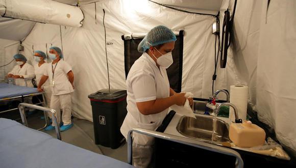 Personal médico del Ministerio de Salud de Panamá  se prepara para recibir pacientes con COVID-19, en un hospital campaña situado en La Chorrera (Panamá). (Foto: EFE/Bienvenido Velasco)