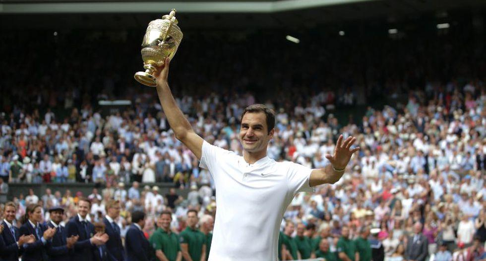 Federer levanta el trofeo mientras recibe la ovación del público. (Foto: AFP)