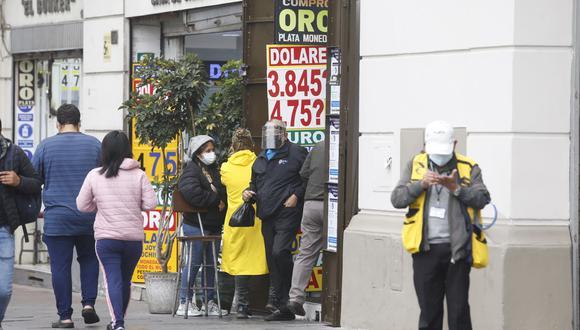 En el mercado paralelo o casas de cambio de Lima, el tipo de cambio se cotizaba a S/3,845 la compra y S/3,880 la venta de cada billete verde. (Foto: Violeta Ayasta / GEC)