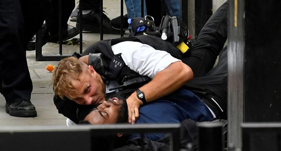 """Un manifestante y un oficial de policía se enfrentan cerca de Downing Street durante una protesta de """"Black Lives Matter"""" luego de la muerte de George Floyd, quien murió bajo custodia policial en Minneapolis, Londres, Gran Bretaña. (Foto: REUTERS / Toby Melville)."""