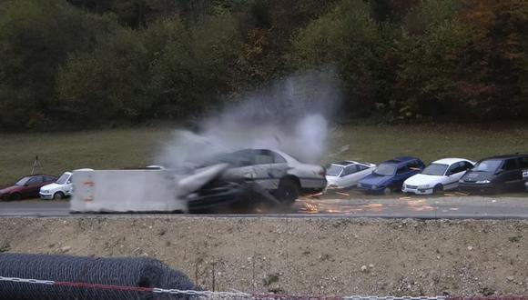 YouTube: ¿Qué le pasa a un auto cuando choca a 200 km/h?