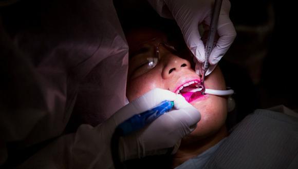 Los sobrecostos y el menor número de pacientes que imponen el Covid-19 para los dentistas golpea la actividad. (Foto: Bloomberg)
