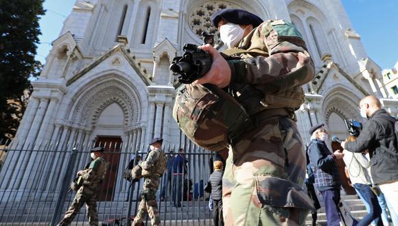 Soldados franceses aseguran la Basílica de Notre-Dame en Niza el 30 de octubre de 2020 tras un ataque con cuchillo que dejó tres muertos. (Foto de Valery HACHE / AFP).