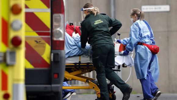 Un paciente es llevado al Royal Free Hospital de Londres el 11 de enero de 2021, durante la pandemia de coronavirus. (Foto de Tolga Akmen / AFP).
