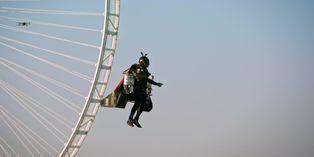 El 'hombre avión' vuela a 1.800 metros sobre Dubai