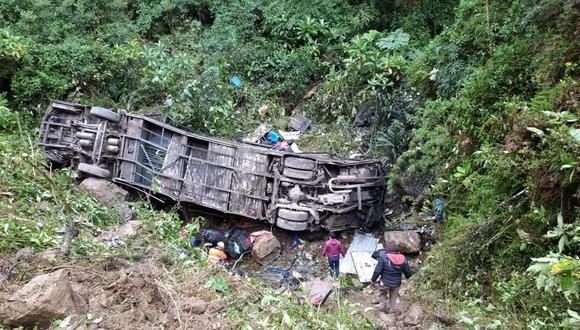 Labores de rescate tras el accidente de un ómnibus en Cochabamba, Bolivia, donde el técnico de aviación Erwin Tumiri, sobrevivió . (Foto: EFE).