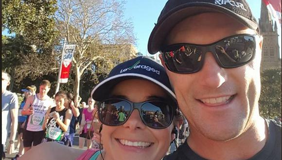 La policía dijo que la pareja estaba surfeando en una playa cerca de Port Macquarie, a unos 400 km al norte de Sídney, el sábado por la mañana cuando un tiburón mordió a la esposa de Mark Rapley, Chantelle Doyle, dos veces en la pierna derecha. (Foto: Facebook).