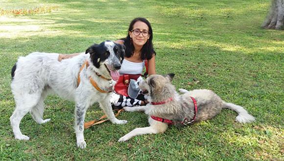 Janet Salas junto a sus perros Noelito y Natty.