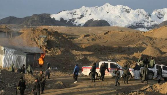 Tres mineros sepultados tras derrumbe de socavón informal
