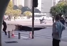 China: tres personas quedaron atrapadas en un sumidero que se abrió en plena calle | Video