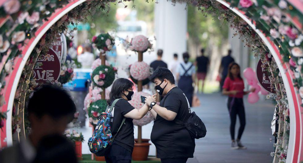 Otra recomendación de la OMS es el distanciamiento social, pero en el Día de San Valentín, cientos de parejas se unen cada vez más. (Foto: Reuters)