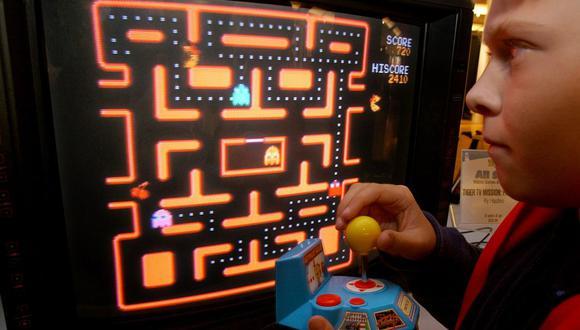 """Fotografía de niño jugando """"Pac Man"""", juego que cumplió 40 años el pasado mayo. (Foto: AP /Richard Drew)"""