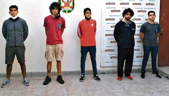 La policía informó que los cinco sujetos fueron detenidos en sus viviendas luego de la denuncia de la víctima. Todos residen en Surco. (PNP)