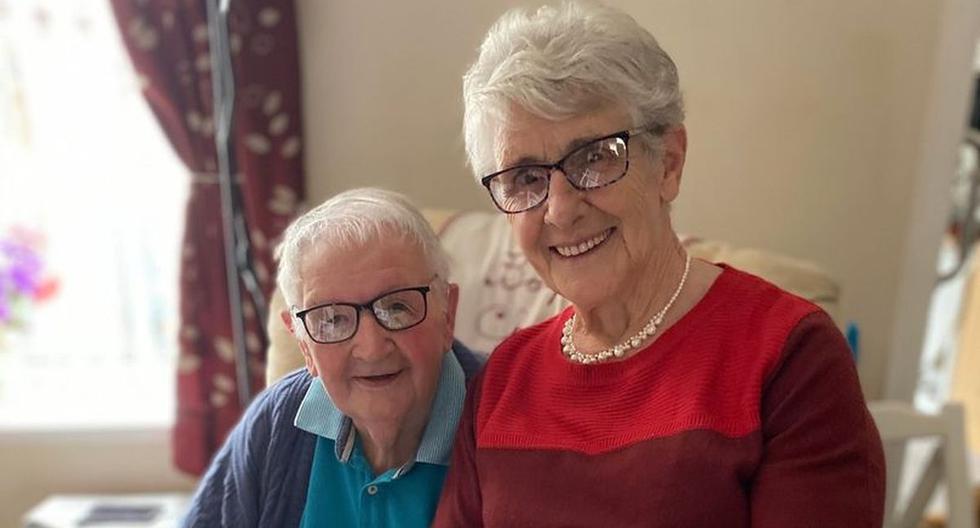 Bryn y Pat Howells, quienes acababan de festejar sus 60 años de casados y fallecieron por culpa del Covid-19. (Foto: Facebook)
