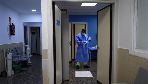 """Un trabajador de la salud sostiene una prueba de descarte en un centro de testeo temporal para el nuevo coronavirus en Madrid, el pasado 17 de agosto de 2020. Solo siete semanas después de controlar su primera ola de coronavirus, los expertos dicen que España se encuentra una vez más en una situación """"crítica"""" con el peor tasa de infección en Europa Occidental. (Foto de OSCAR DEL POZO / AFP)"""
