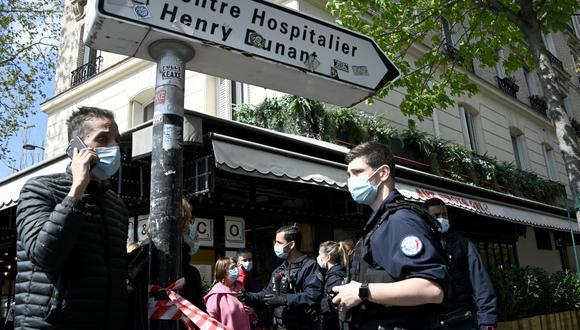 La policía de Francia acordona el área cercana al hospital privado Henry Dunant, donde una persona murió a tiros y otra resultó herida. (Foto de Anne-Christine POUJOULAT / AFP).