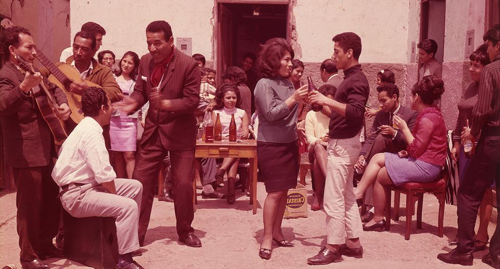 Foto muestra una jarana criolla realizada en un barrio de Lima en la década de los sesenta. Cada 31 de octubre el Perú celebra el Día de la Canción Criolla.(Foto: Archivo El Comercio)