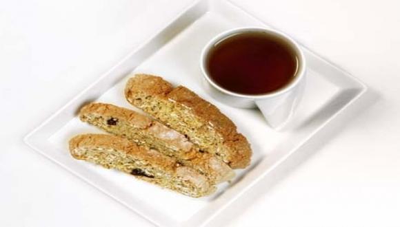 Biscotti de almendras y granola con té verde