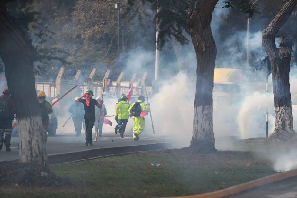 Un grupo de congresistas del Frente Amplio llegó hasta la sede del Ministerio de Trabajo. Manifestantes intentaron evitar el traslado de mineros. (Foto: Lino Chipana)
