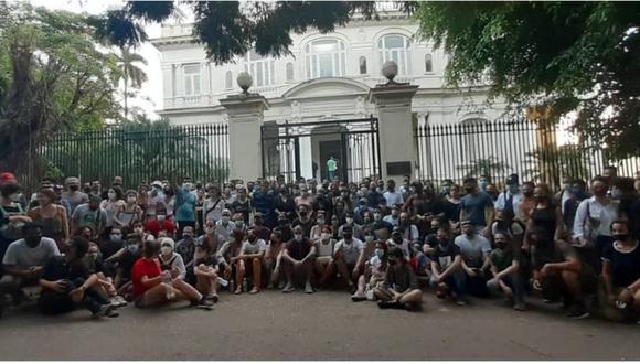 Los manifestantes se comenzaron a reunir desde el mediodía del viernes. (Camila Acosta).