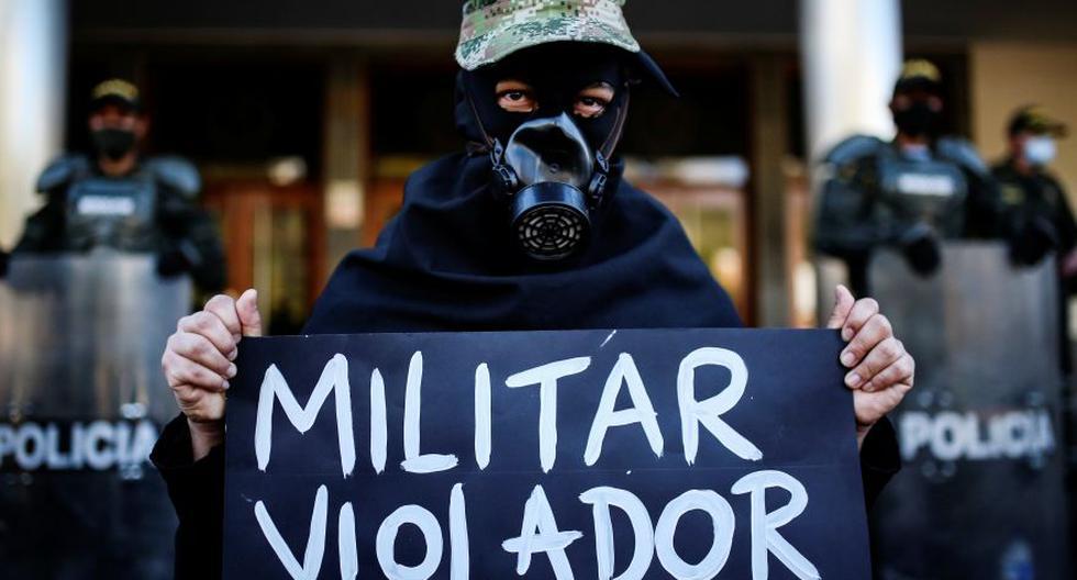 """Un manifestante sostiene un cartel que dice """"violador militar"""" durante una protesta frente a un batallón militar, contra la violación de una niña indígena Embera Chami por parte de soldados, en Bogotá, Colombia. (Foto: Archivo / REUTERS / Luisa Gonzalez)."""