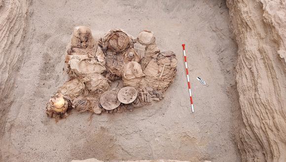 Ocho fardos funerarios de 800 años atrás fueron hallados en Chilca, mientras se realizaban las excavaciones para las redes de gas natural. Fotos: Cálidda.