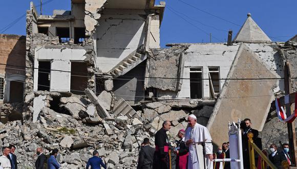 El Papa Francisco se para cerca de las ruinas de la Iglesia católica siríaca de la Inmaculada Concepción en la ciudad vieja de Mosul, en el norte de Irak. (Foto de Vincenzo PINTO / AFP).