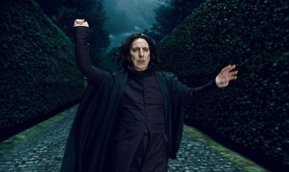 El papel por el que se hizo conocido en todo el mundo y cautivó a los adolescentes: el oscuro y misterioso Severus Snape, un hombre vil pero enamorado eternamente de la mamá de Harry. Por ahí iba su resentimiento hacia el ídolo juvenil. Del amor al odio. (Foto: Reuters/Warner Bros.)