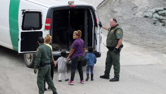 Los niños que intentan cruzar la frontera entre México y Estados Unidos acompañando a sus padres son trasladados a centros de acogida del Gobierno. (Reuters)