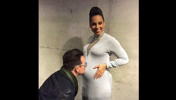 Instagram: Alicia Keys recibe tierno beso del cantante Bono