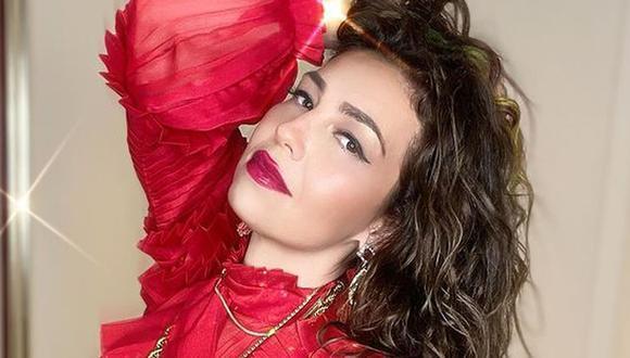 """Thalía posa en vestido rosa de plumas y fans recuerdan su personaje en """"Marimar"""". (Foto: @thalía)"""